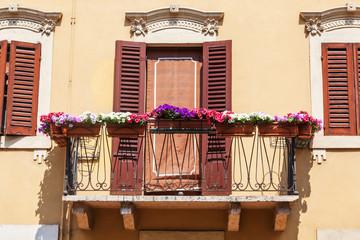 typisches Fenster mit Balkon in Verona