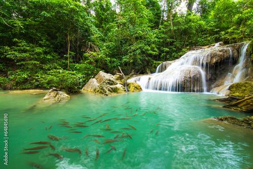 tiefer-waldwasserfall-in-kanchanaburi-thailand