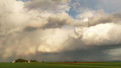 Dicke Regenwolken über dem Land