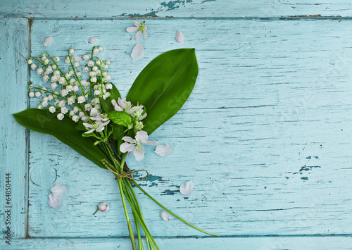 Poster Lelietje van dalen Lovely bouquet of lilies of the valley on a blue wooden table