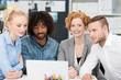 kreatives junges team im büro schaut auf laptop