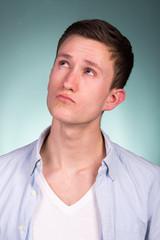 skeptischer junger mann