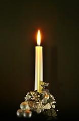 weihnacht kerze mit dekoration und kerzenständer, schwarz