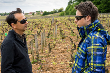 père et fils dans les vignes