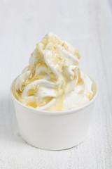 Frozen Yogurt mit Mandeln