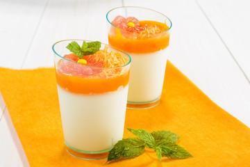 Dessert con panna e mousse di carote
