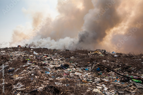 Foto Spatwand Rook Burning garbage heap of smoke