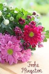 Frohe Pfingsten mit frischen Blumen