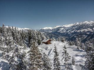 Schihütte im Winterwald in HDR