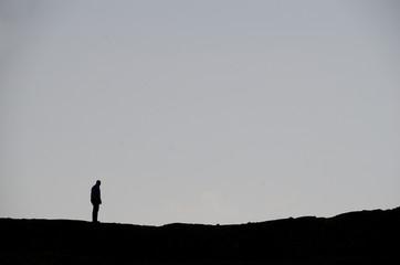 mann in schwarz und grau