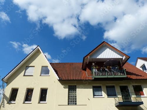 Wohnhaus mit spitzem Giebel und Balkons in Oerlinghausen