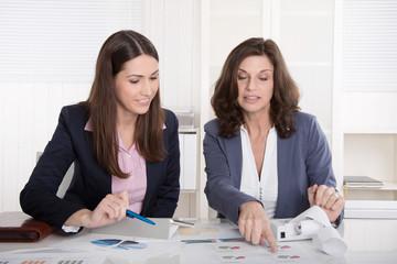 Business Team: zwei Frauen analysieren die Zahlen