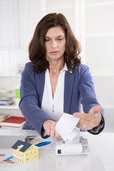 Beraterin für Immobilien: Berater kalkuliert ein Fertighaus