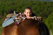 Jugendliche gemütlich auf Pferderücken
