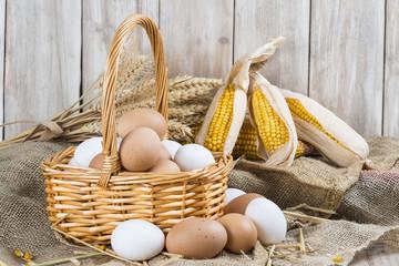 Huevos frescos de corral recién recolectados en el gallinero