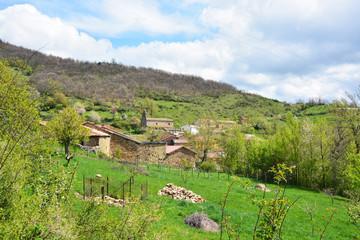 pueblo con casas de piedra en los picos de europa, leon