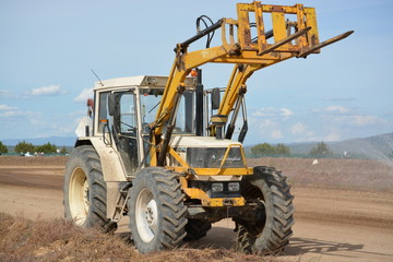 tractor con brazo articulado para levantar carga
