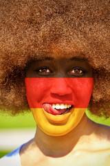 Junge Frau mit Deutschlandfarben
