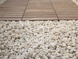 Spa - Holzboden und Kies im Wellnessbereich