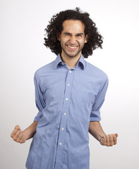 Junger Mexikaner in Hemd ist glücklich
