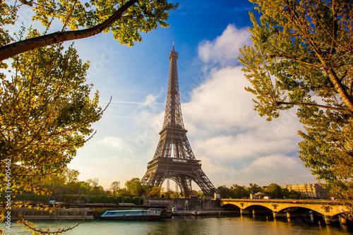 eiffelturm-mit-boot-auf-der-seine-in-paris-frankreich