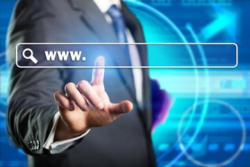 Geschäftsmann drückt auf Browser-Suchleiste