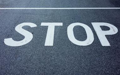 Aufschrift STOP auf einer Straße