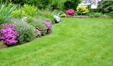 schöner Garten mit Rasenfläche
