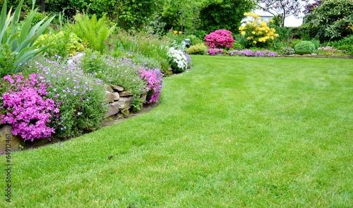Fotobehang Tuin schöner Garten mit Rasenfläche