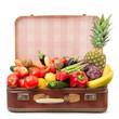 valigia vintage rossa piena di frutta fresca