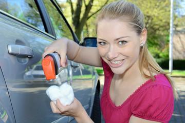 Frau poliert Auto-Lack