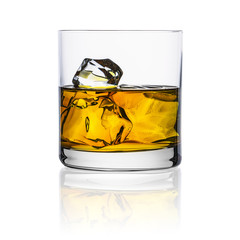 Whisky glas mit eiswürfel freisteller