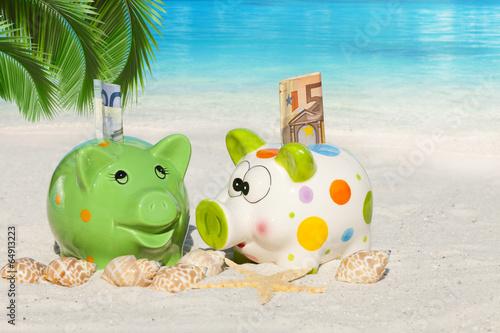 canvas print picture Zwei Sparschweine mit Geldscheinen unter Palmwedel