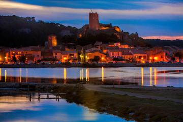 Sonnenuntergang über der Ortschaft Gruissan