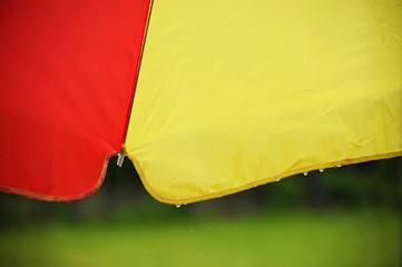 Unter einem bunten Regenschirm