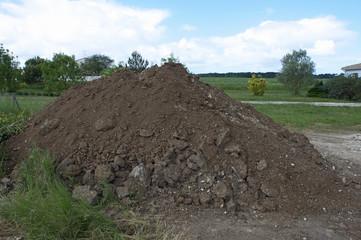 tas de terre en campagne
