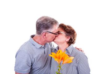 Seniorenpaar küssen sich