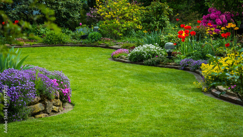 Tuinposter Tuin Gartenansicht mit Rasen und Bepflanzung