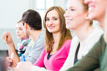 Studenten im Uni Hörsaal hören Vorlesung