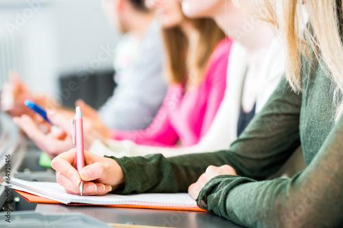 Leinwandbild Motiv Studenten im Uni Hörsaal schreiben Klausur