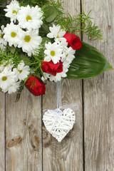 Dekoracja z białym sercem z wikliny