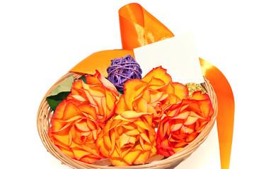 Blumenkörbchen mit orangenen Rosenblüten
