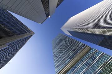 高層ビル街を見上げるイメージ
