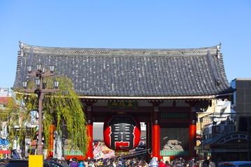 浅草寺 雷門 (観光客で混雑する東京屈指の観光地)