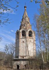 Разрушающаяся колокольня Владимирской церкви в городе Вологда