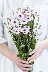 菊の花束 手 女性