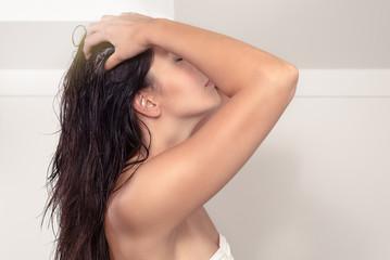Junge Frau massiert ihre Kopfhaut