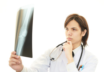 診療中の真剣な表情の医師