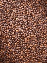 Wiele ziaren kawy, które zostały rozrzucone po całym sur