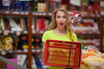 девушка с корзиной в супермаркете
